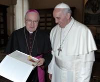 Il libro sul Pontefice arriva nelle mani di papa Francesco