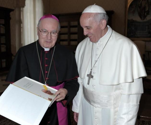 Roma, 6 maggio 2013 - Il Vescovo di Pinerolo, mons. Debernardi, consegna una copia unica, in edizione speciale rilegata a amano, del libro direttamente nelle mani del Santo Padre