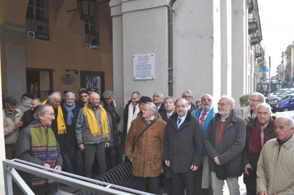 pinerolo-24nov-2013-inaugurazione-in-piazza-barbieri-della-targa-ricordo-della-gela-in-presenza-del-sindaco-di-pinerolo-e-dei-banditi